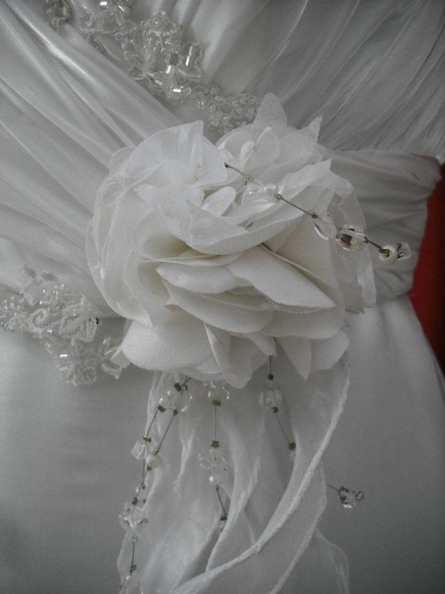 Detalles De Un Vestido, Flores En Tela